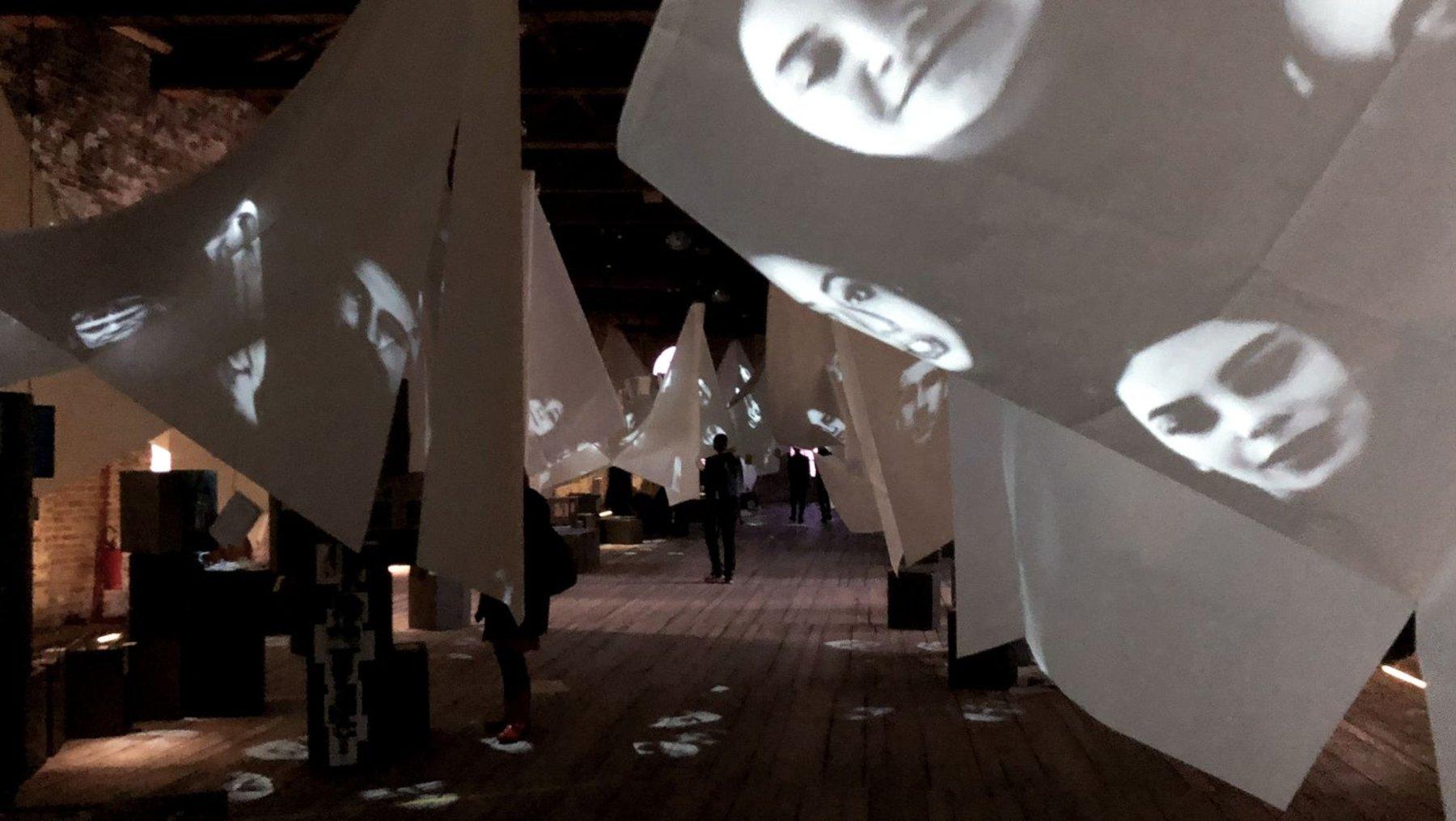 Projektionen auf hängende Stoffbahnen im türkischen Pavillon