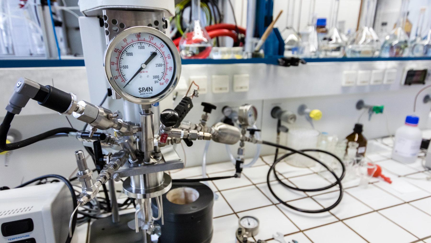 Hochdrucksyntheseanlage für heterogenkatalysierte Mehrphasenreaktionen