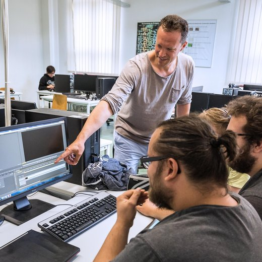 Prof. Dr. Alexander Carot erläutert zwei Studenten einen Sachverhalt während eines Praxisprojektes im Studiengang angewandte Informatik.