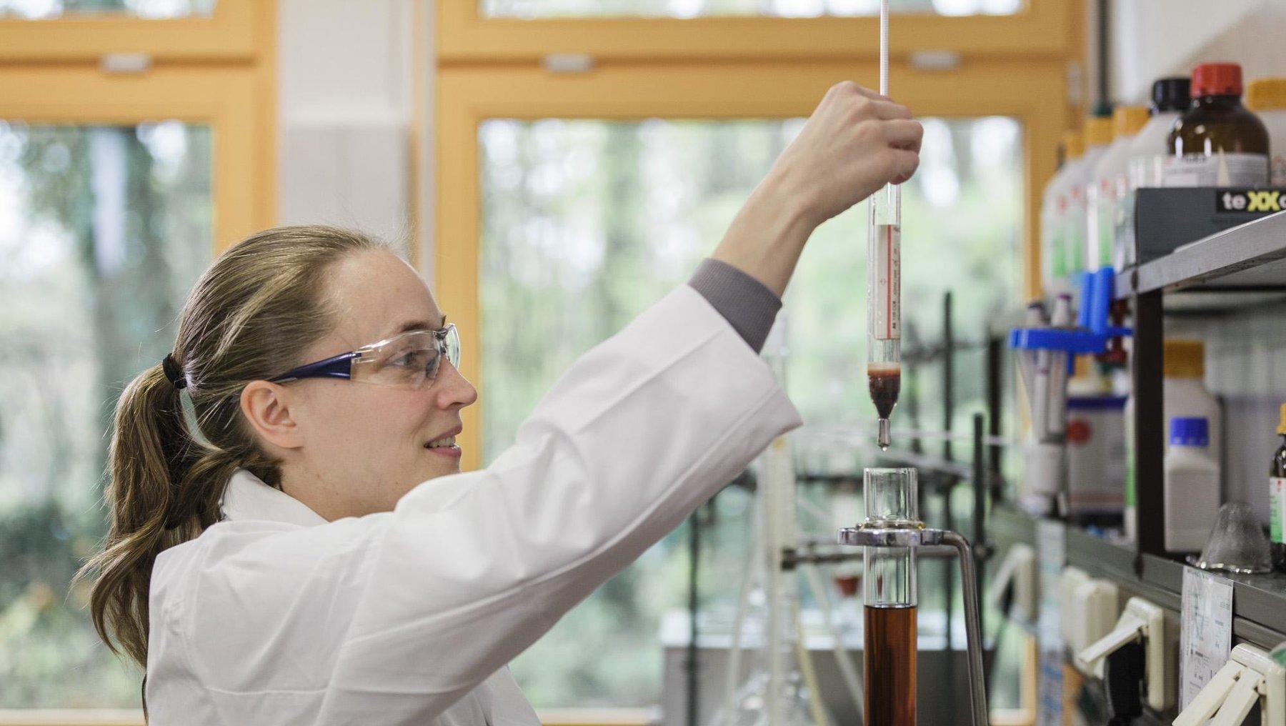 Doktorandin Nele Bastgen im Labor