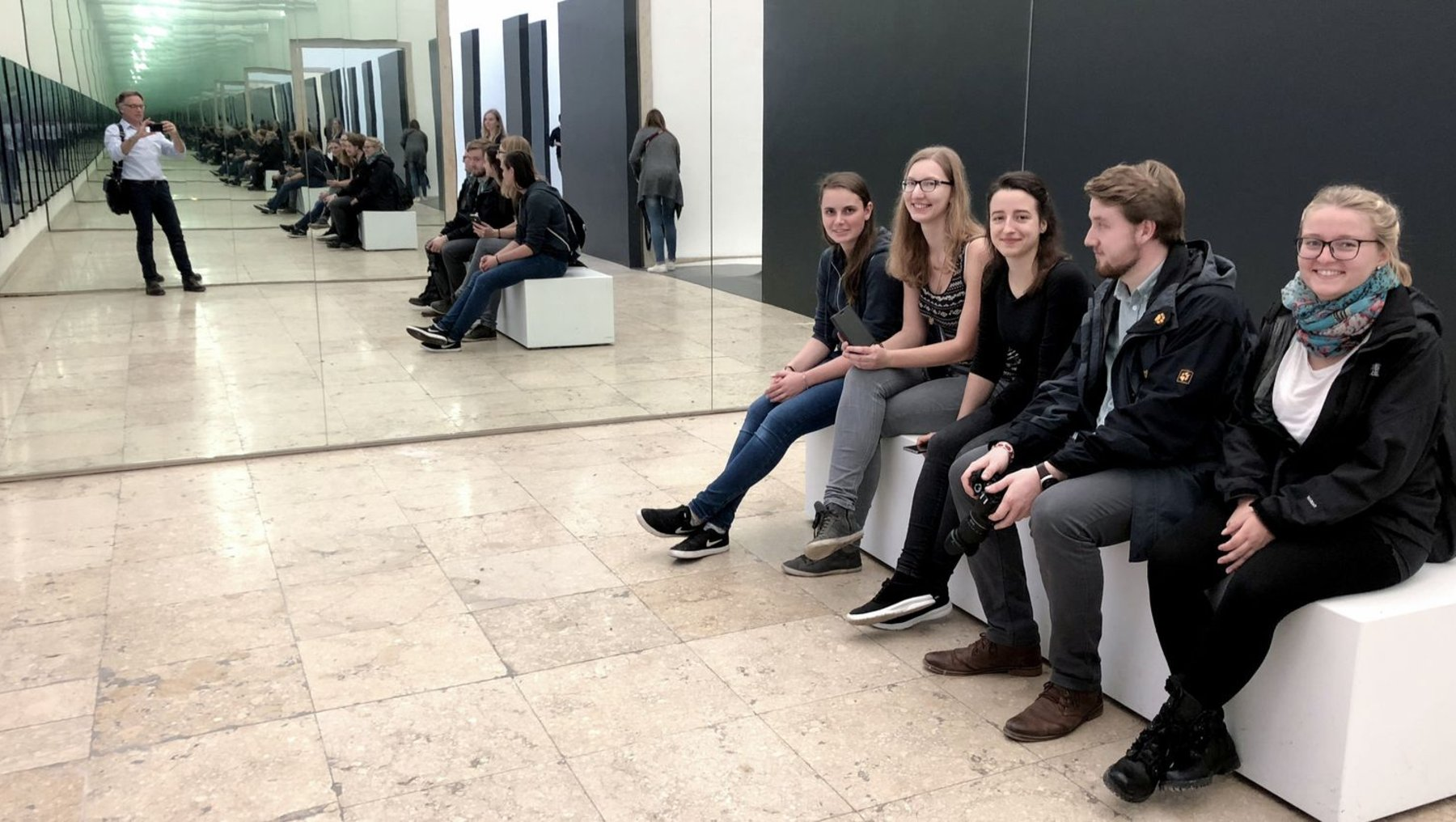 """Videoinstallation """"Unbuilding Walls"""" zum Thema Trenung und Ausgrenzung im deutschen Pavillon"""