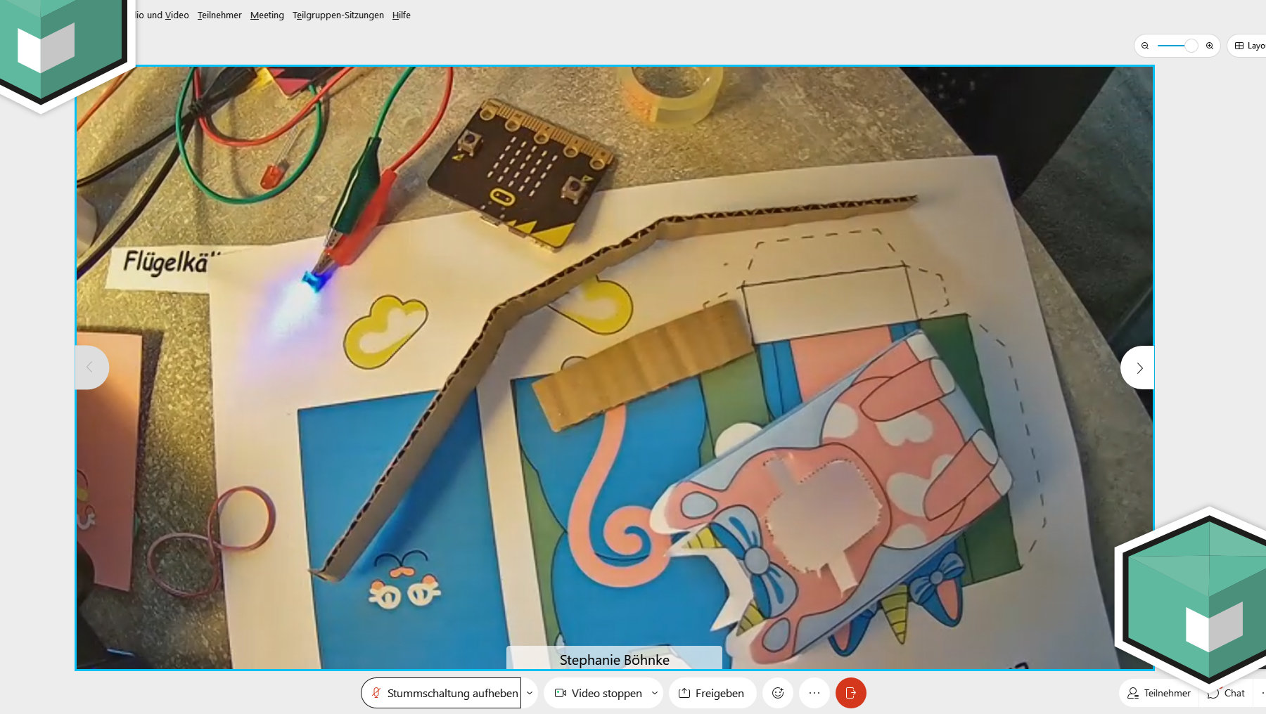 Auschnitt aus dem Girls'Day mit Papierbastelset auf dem Tisch zur Vorbereitung für den Micro:bit